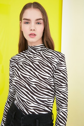 TRENDYOLMİLLA Siyah Zebra Desenli Vatkalı Çıtçıtlı Örme Body TWOSS20BD0003