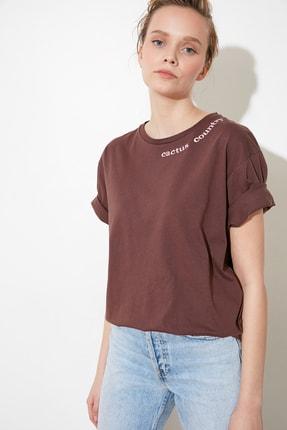TRENDYOLMİLLA Kahverengi Yaka ve Sırt Baskılı Boyfriend Örme T-Shirt TWOSS21TS1175