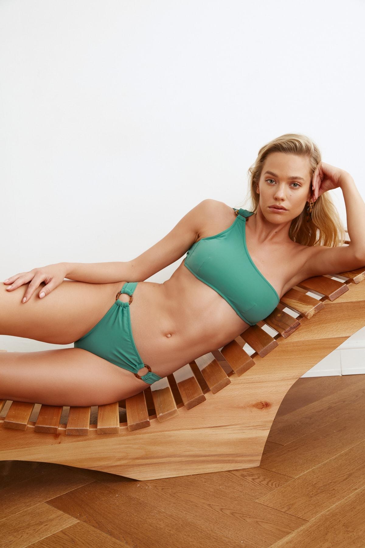 TRENDYOLMİLLA Yeşil Halka Aksesuarlı Bikini Altı TBESS21BA0048 1