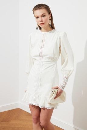 TRENDYOLMİLLA Beyaz Aksesuar Detaylı Poplin Elbise TPRSS19FZ0156