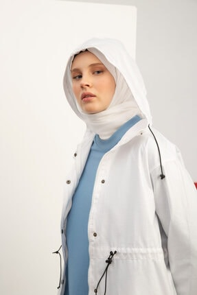 Ekrumoda Kadın Beyaz Çıtçıtlı Beli Lastikli Cepli Kapüşonlu Yağmurluk