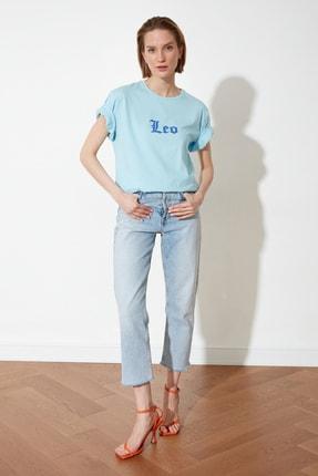 TRENDYOLMİLLA Açık Mavi Aslan Burcu Baskılı Boyfriend Örme T-Shirt TWOSS21TS1099