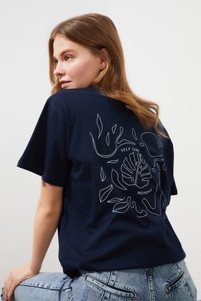 TRENDYOLMİLLA Lacivert Sırt Baskılı Boyfriend Örme T-Shirt TWOSS21TS1305