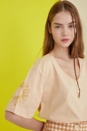 TRENDYOLMİLLA Camel Nakışlı Örme T-Shirt TWOSS20TS0285
