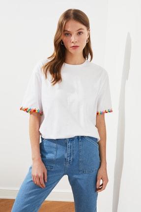 TRENDYOLMİLLA Beyaz Püskül Detaylı Boyfriend Örme T-Shirt TWOSS21TS0665