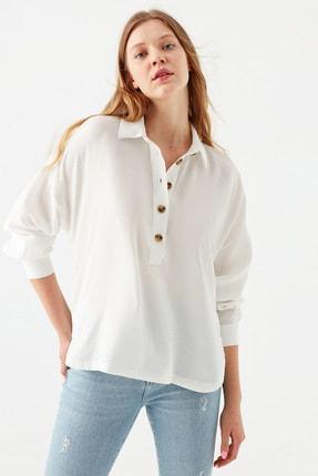 Mavi Düğme Detaylı Beyaz Bluz