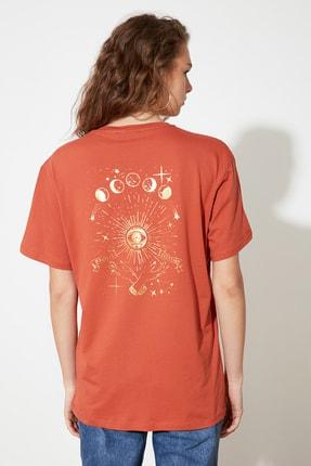 TRENDYOLMİLLA Kiremit Baskılı Boyfriend Örme T-Shirt TWOSS21TS0237