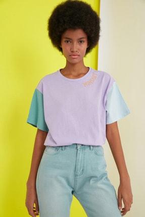 TRENDYOLMİLLA Lila Nakışlı Boyfriend Örme T-Shirt TWOSS21TS0141