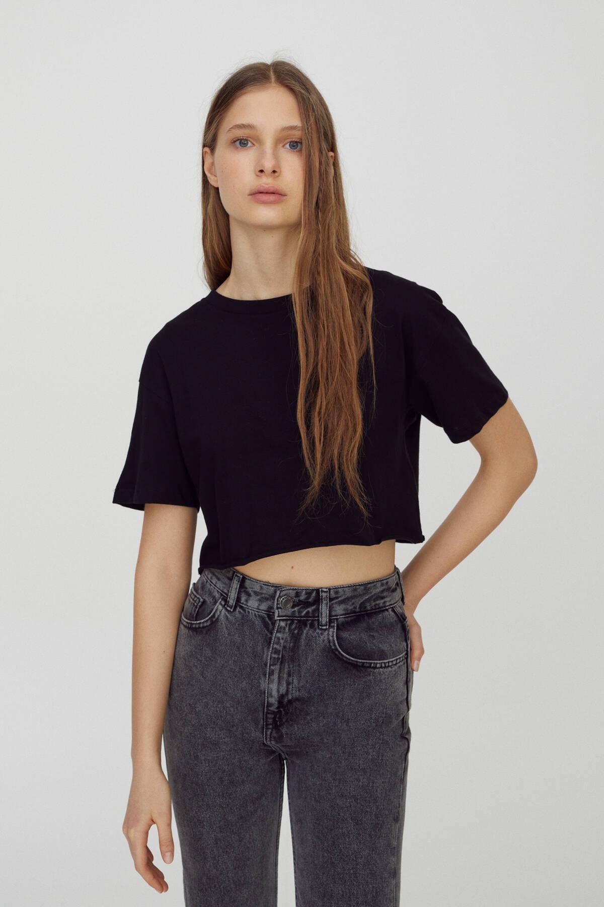 Pull & Bear Kadın Siyah Biyeli Dikişli Basic Crop Fit T-Shirt 04240365 1