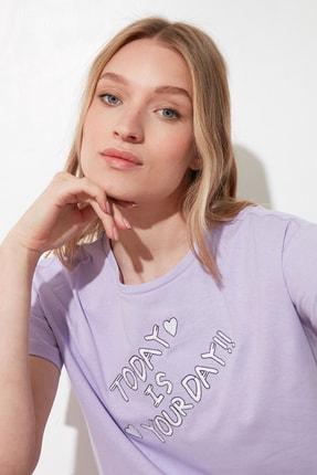 TRENDYOLMİLLA Lila Nakışlı Semifitted Örme T-Shirt TWOSS21TS0162