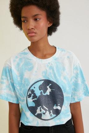 TRENDYOLMİLLA Mavi Baskılı Batik Boyfriend Örme T-Shirt TWOSS21TS0298