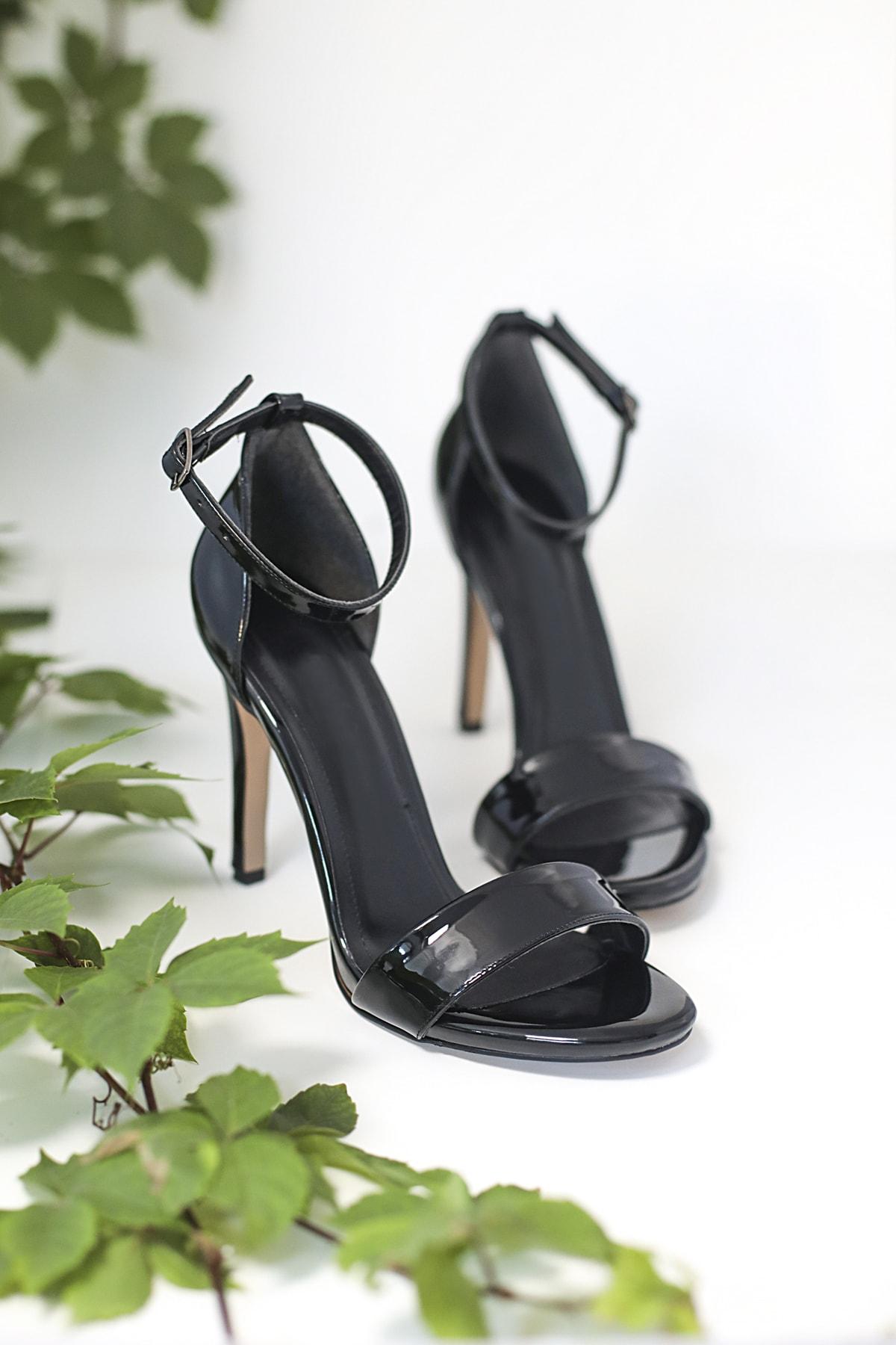 Kuzucuoğlu Ayakkabı Kadın Siyah Rugan Tek Bant Sandalet 1