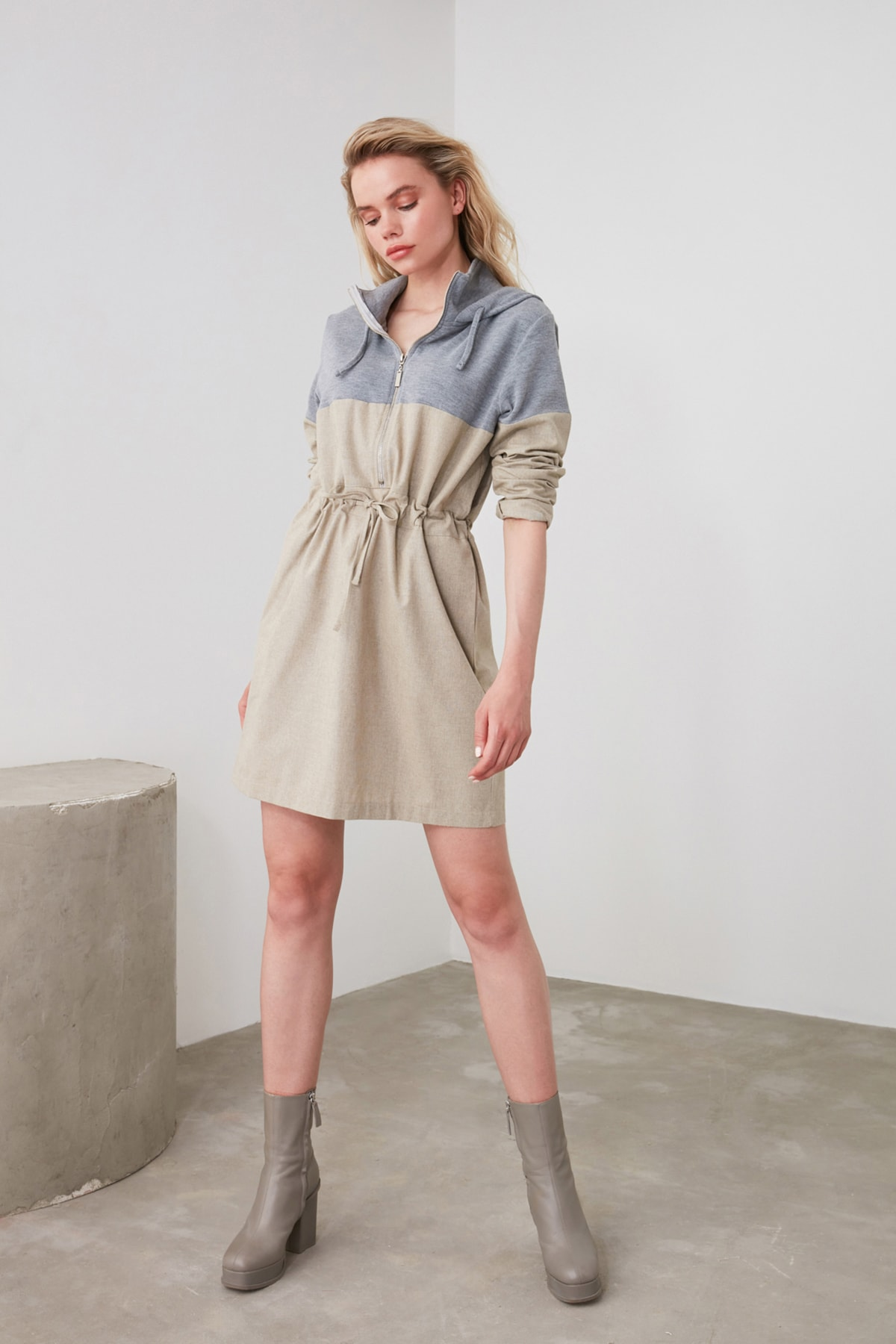 TRENDYOLMİLLA Bej Kapüşonlu Elbise TWOAW20EL1654 1