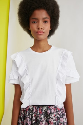 TRENDYOLMİLLA Beyaz Fırfır Detaylı Semifitted Örme T-Shirt TWOSS21TS0701