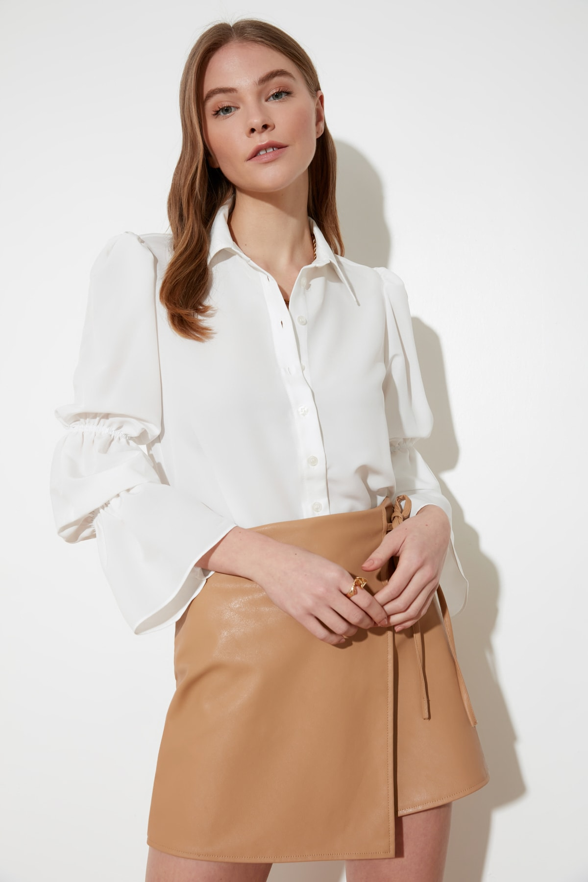 TRENDYOLMİLLA Beyaz Kol Detaylı Gömlek TWOAW20GO0428 1