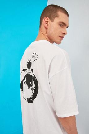 TRENDYOL MAN Beyaz Erkek Oversize Sırt Baskılı Bisiklet Yaka T-Shirt TMNSS21TS0750