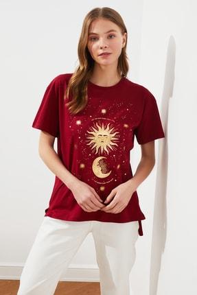 TRENDYOLMİLLA Bordo Baskılı Asimetrik Örme T-Shirt TWOSS21TS0361