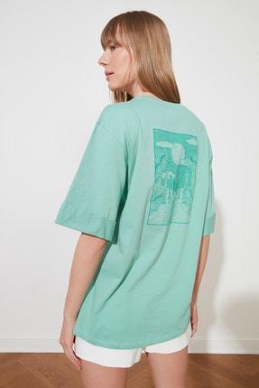 TRENDYOLMİLLA Yeşil Boyfriend Ön ve Sırt Baskılı Örme T-Shirt TWOSS21TS1557