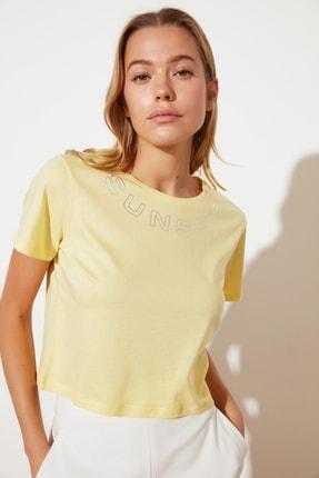 TRENDYOLMİLLA Sarı Baskılı Crop Örme T-Shirt TWOSS21TS2348