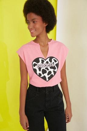 TRENDYOLMİLLA Pembe Baskılı Semifitted Örme T-Shirt TWOSS21TS1181