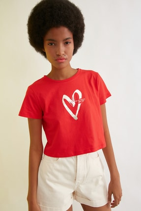 TRENDYOLMİLLA Kırmızı Baskılı Crop Örme T-Shirt TWOSS21TS0241