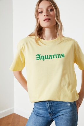 TRENDYOLMİLLA Sarı Kova Burcu Baskılı Boyfriend Örme T-Shirt TWOSS21TS1099