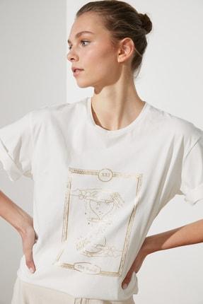 TRENDYOLMİLLA Ekru Baskılı Boyfriend Örme T-Shirt TWOSS21TS1136