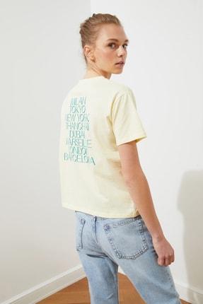 TRENDYOLMİLLA Sarı Sırt Baskılı Semi-fitted Örme T-Shirt TWOSS21TS1142