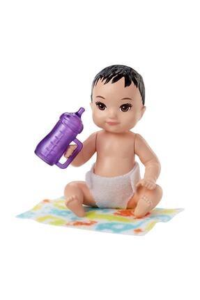 mattel Barbie Bebek Bakıcısı Serisi Minik Bebek - Siyah Saçlı, Mor Biberonlu FHY77-FHY76