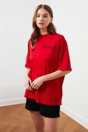 TRENDYOLMİLLA Kırmızı Boyfriend Yazı Detaylı Örme T-Shirt TWOSS20TS1275