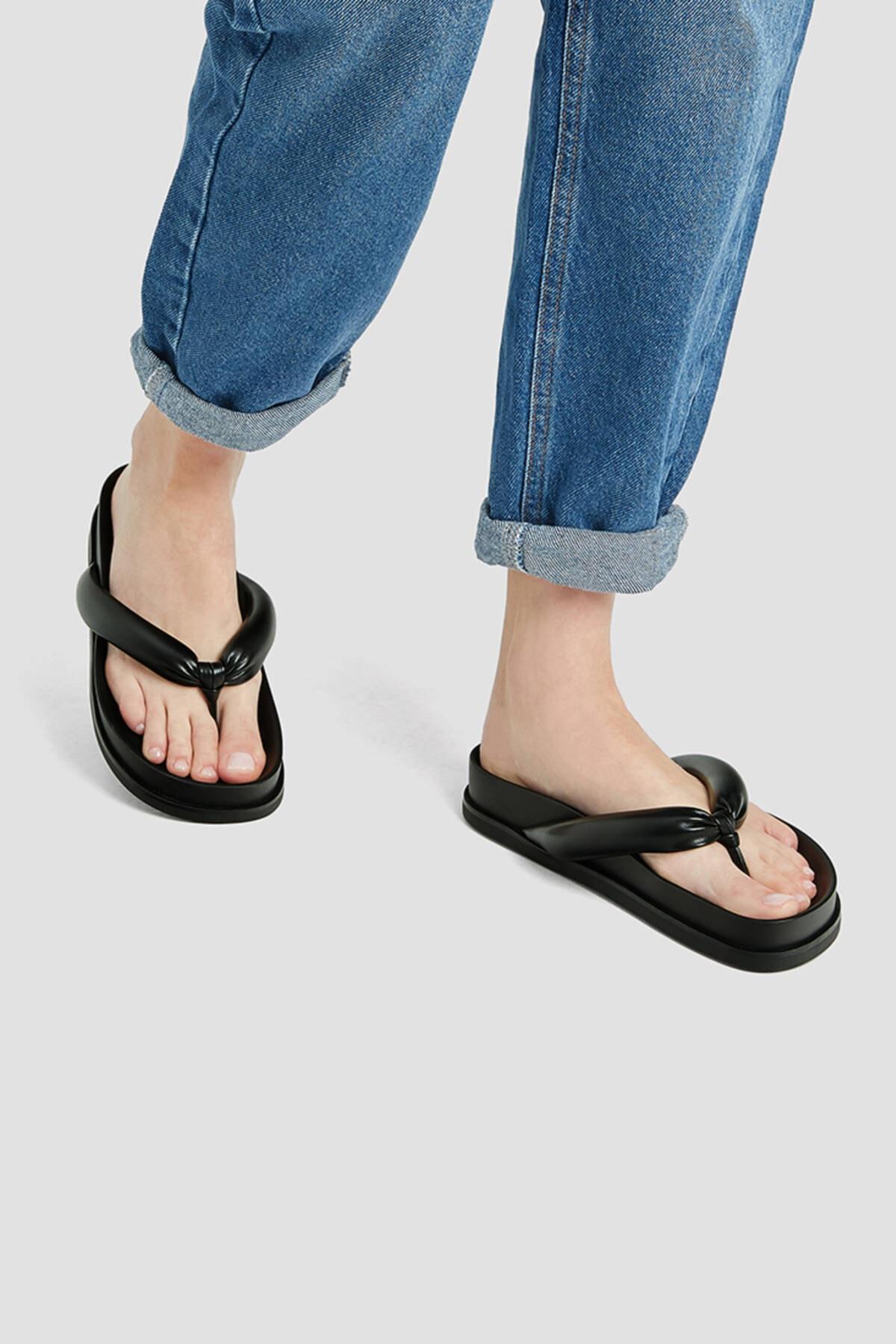 Pull & Bear Kadın Siyah Dolgulu Düz Sandalet 11808740 2