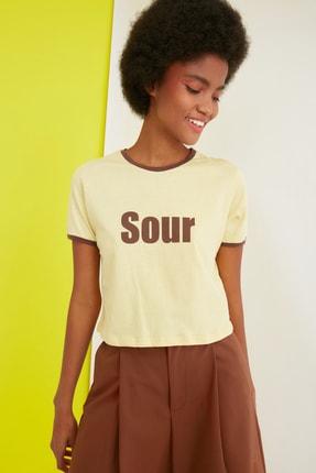 TRENDYOLMİLLA Sarı Baskılı Crop Örme T-Shirt TWOSS21TS0889