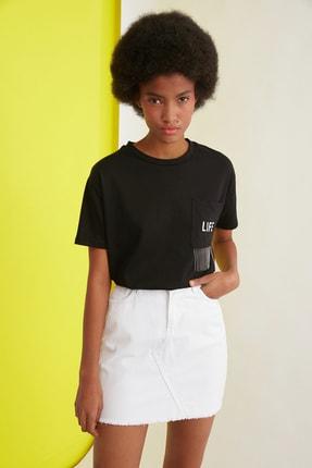 TRENDYOLMİLLA Siyah Baskılı Cepli Ve Zincir Detaylı Basic Örme T-Shirt TWOSS21TS0767
