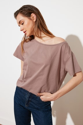 TRENDYOLMİLLA Vizon %100 Pamuk Süprem Kayık Yaka Boyfriend Örme T-Shirt TWOSS20TS0140