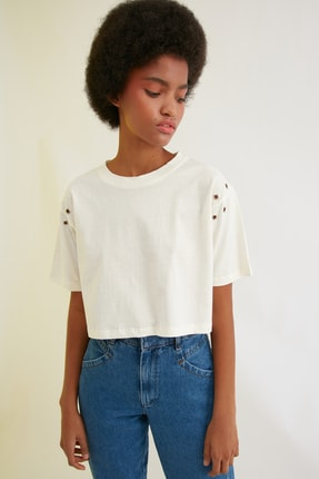TRENDYOLMİLLA Ekru Kuşgözü Detaylı Crop Örme T-Shirt TWOSS21TS0210
