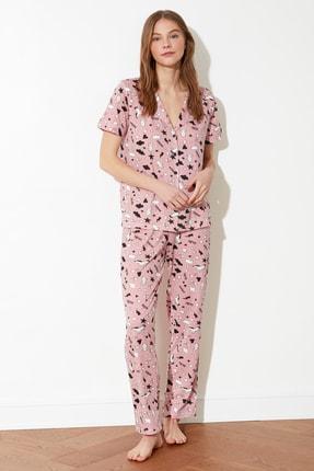 TRENDYOLMİLLA Gül Kurusu Grafik Desenli Örme Pijama Takımı THMSS19IP0037