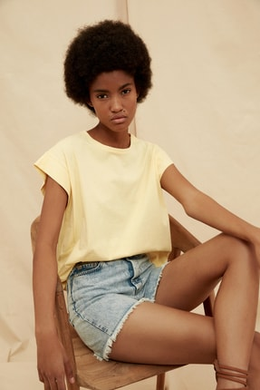 TRENDYOLMİLLA Sarı %100 Organik Pamuk Örme T-Shirt TWOSS21TS1427