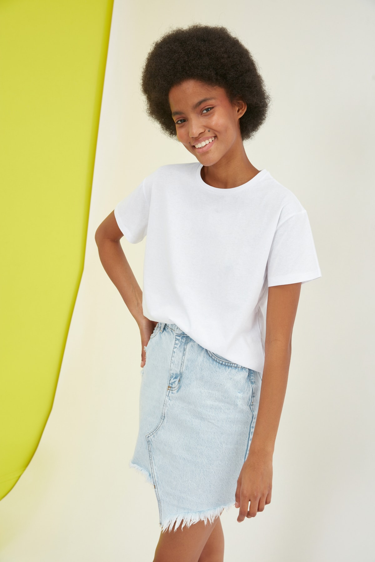 TRENDYOLMİLLA Beyaz Baskılı Semifitted Örme T-Shirt TWOSS21TS2333 2
