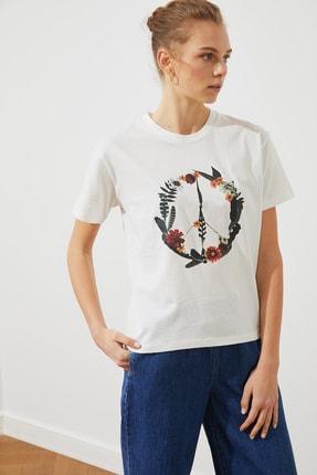 TRENDYOLMİLLA Ekru Baskılı Crop Örme T-Shirt TWOSS21TS1323