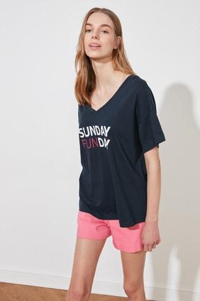 TRENDYOLMİLLA Lacivert Baskılı Ön ve Arka V Yaka Boyfriend Örme T-Shirt TWOSS20TS0506