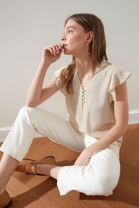 TRENDYOLMİLLA Taş Düğme Detaylı Yarı Transparan Bluz TWOSS20BZ0894