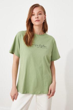 TRENDYOLMİLLA Mint Ön ve Sırt Baskılı Boyfriend Örme T-Shirt TWOSS21TS3133