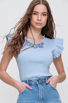 Trend Alaçatı Stili Kadın Mavi Metal Aksesuarlı Kolu Fırfırlı Kaşkorse Bluz ALC-X5978
