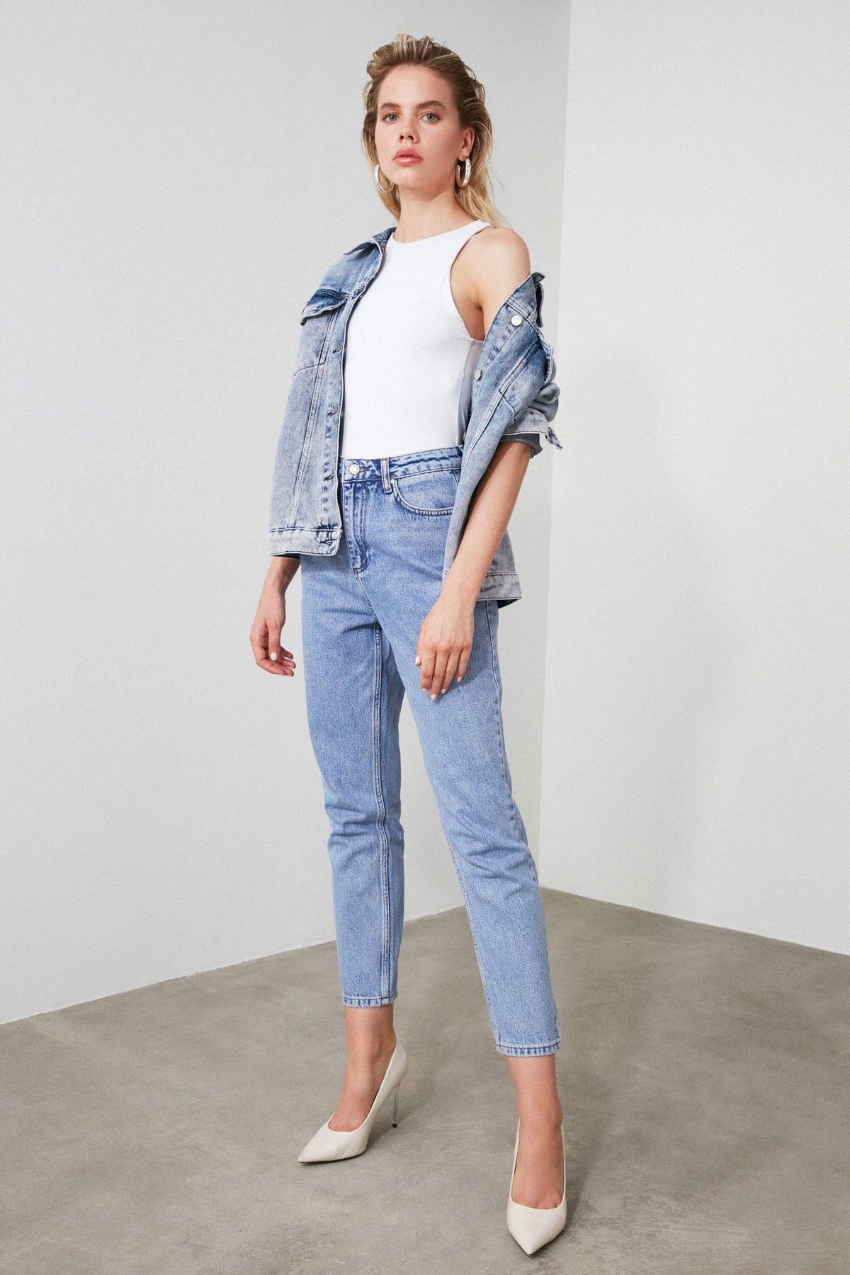 TRENDYOLMİLLA Mavi Yüksek Bel Mom Jeans TWOAW21JE0256 2