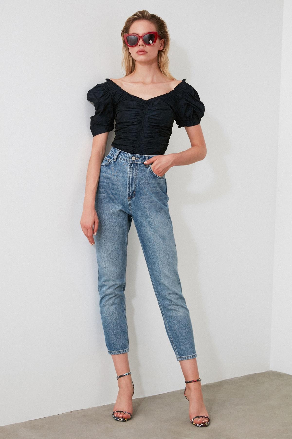 TRENDYOLMİLLA Açık Mavi Yıkamalı Yüksek Bel Mom Jeans TWOSS20JE0099 1