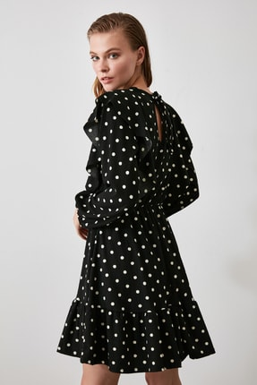 TRENDYOLMİLLA Siyah Puantiyeli Mini Volanlı Örme Elbise TWOAW21EL0248