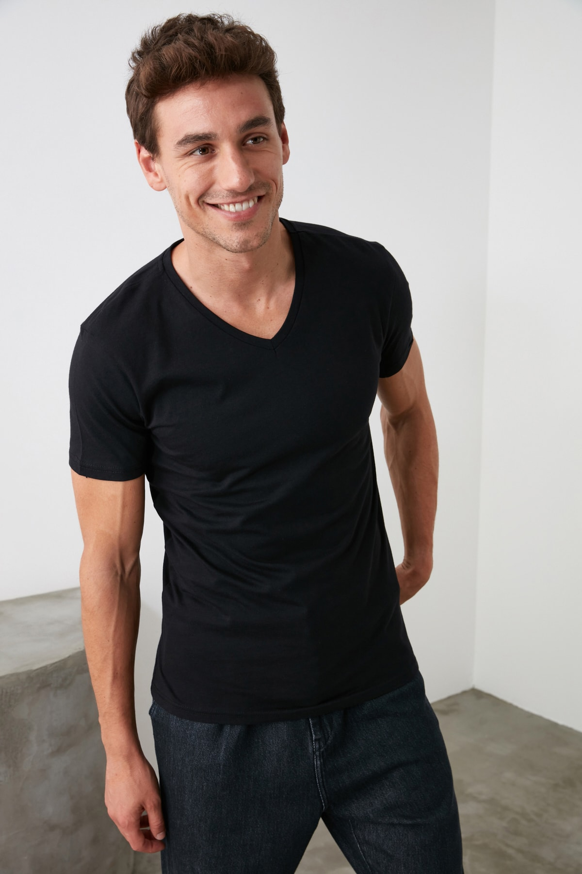 TRENDYOL MAN Siyah Erkek Basic Slim Fit T-Shirt - Pamuklu V Yaka Slim Fit T-Shirt TMNSS19BO0002 2