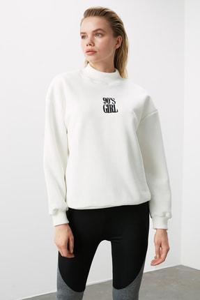 TRENDYOLMİLLA Beyaz Nakışlı Dik Yaka Basic Örme Sweatshirt TWOAW21SW0019