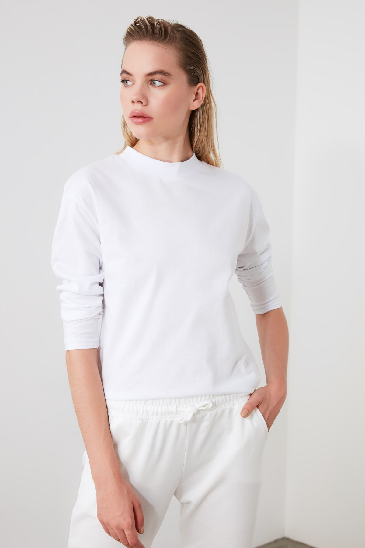 TRENDYOLMİLLA Beyaz Uzun Kollu Dik Yaka Basic Örme T-shirt TWOAW20TS0233 1