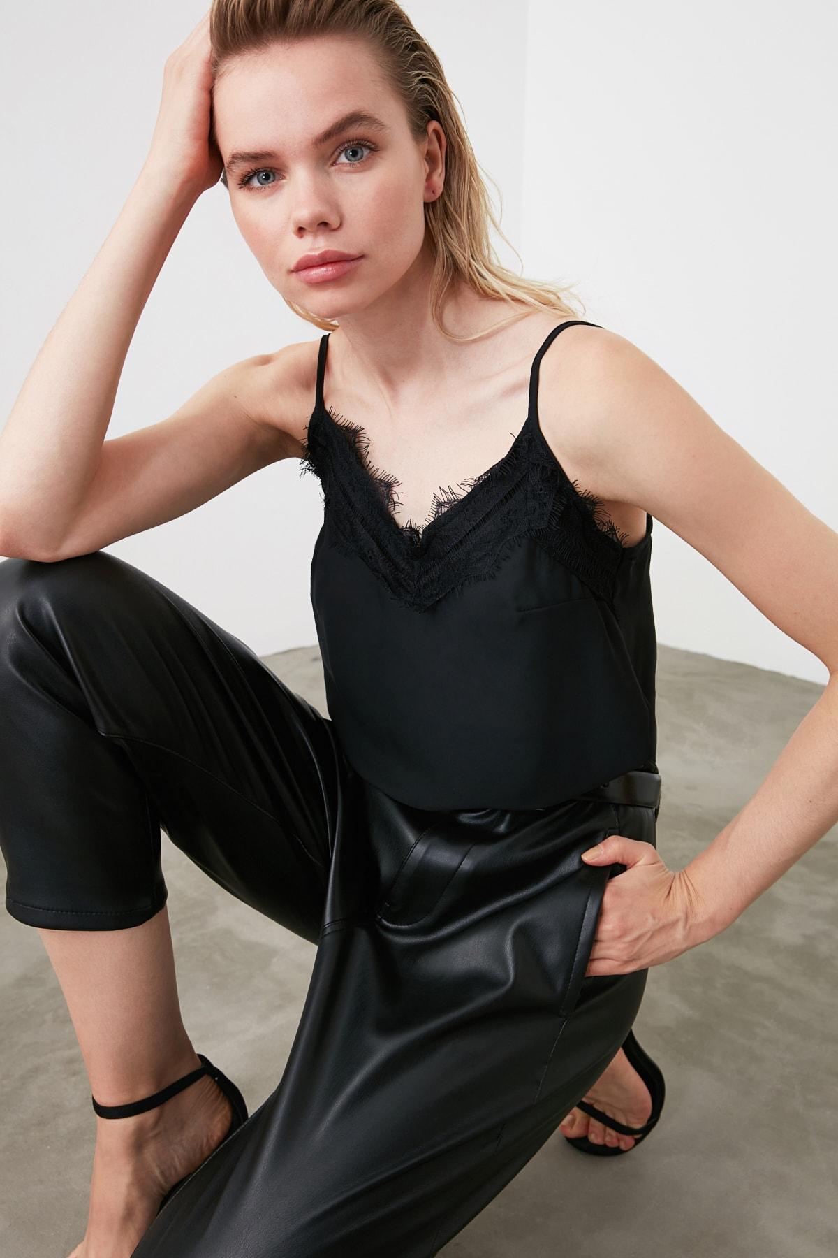 TRENDYOLMİLLA Siyah Dantel Detaylı Bluz TWOSS19BB0208 1